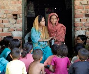 Rekha_speaks_with_local_kids
